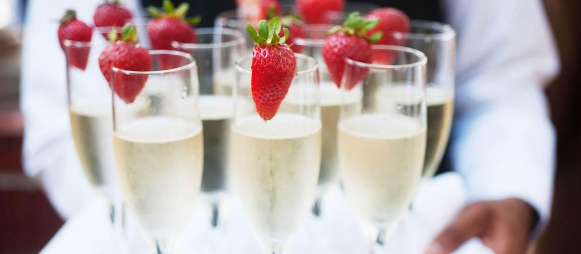 wedding champagne glasses strawberries